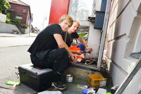 Alexander Jørgensen (t.v.) og Henning Jørgensen fra Sandefjord skal restaurere telefonkiosker over hele landet.