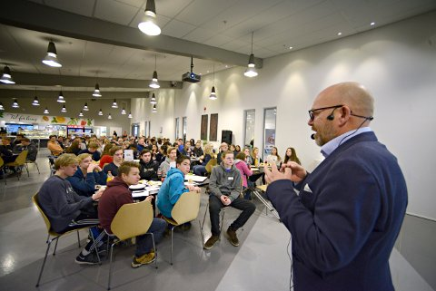 Sjefen for Aerostructures på Arsenalet i Kongsberg, prøvde å selge seg inn til 380 skoleelever onsdag. Han håper en del av dem ønsker å bli fagarbeidere. FOTO: JAN STORFOSSEN