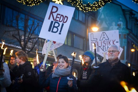 MANGE MENINGER: Det er ikke lenge siden elever og lærere ved Kongsberg VGS demonstrerte mot kuttforslag i utdanningstilbudet. En ny ordning skal sikre at elevenes meninger om smått og stort i skolehverdagen kommer irekte til dem som bestemmer.
