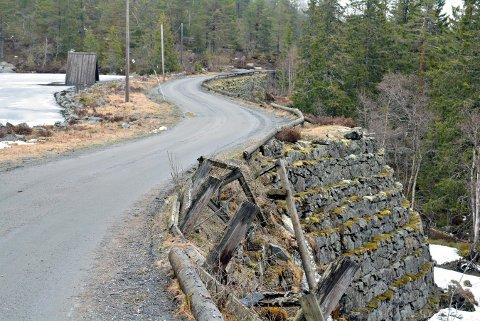 GJØRES KLAR: Knuteveien får noen ekstra kilo med grus for å gjøre veien så bra som mulig til vinteren.