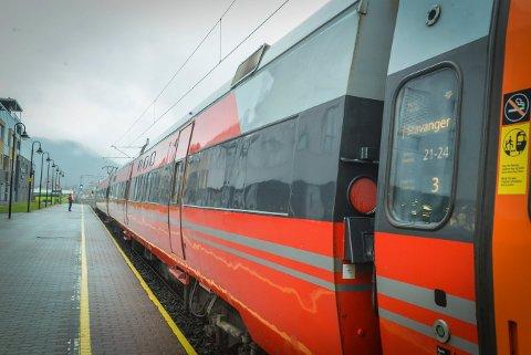 Sørlandsbanen vil i anleggsperiodene i Liertunnelen starte på Kongsberg, med busspassasjerer fra Oslo.