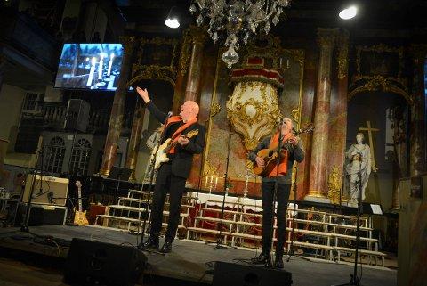 Frode Alnæs (t.v.) og Øyvind «Elg» Elgenes var overveldet over den fulle kirken.