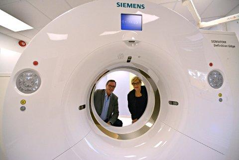 Stolte: Nina Kristiansen, leder for akuttavdelingen og Stein-Are Agledal, klinikkdirektør på Kongsberg sykehus, er stolte av all den nye teknologien sykehuset har å by på. De ser for seg at mer teknologi vil komme, men tror ikke det vil erstatte menneskene som jobber på sykehuset.