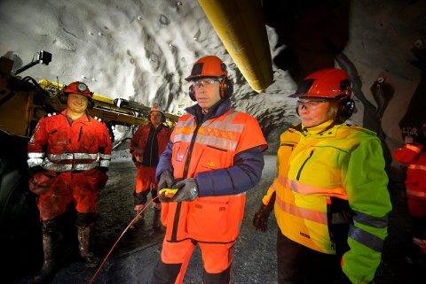 DYNAMITT-HARRY FOR EN DAG: Her tenner ordføreren i Flesberg lunta til den siste dynamittsalven for gjennomslaget i Kongsbergtunellen, tirsdag 21. november.