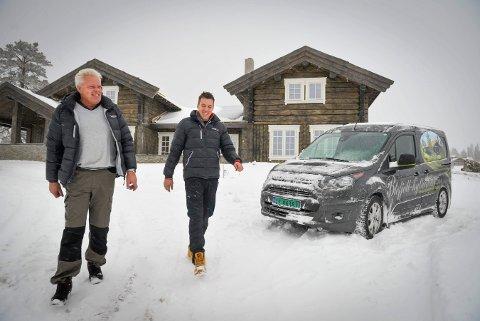 Johnny Eliassen (t.v.) og Sven Holhjem er kjent på Blefjell for sin satsing på store hytter og utleie. Nå tenker de stort med små hytter.