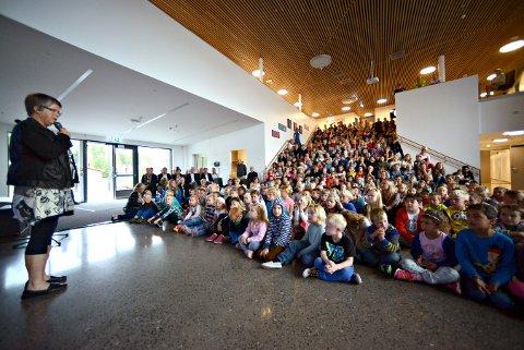 VURDERINGER: Rektor Hilde Selmer Andersen har fått en nøtt å knekke siden et trinn får nesten 60 elever på Kongsgårdmoen skole til høsten. Her fra åpningsdagen i 2015.