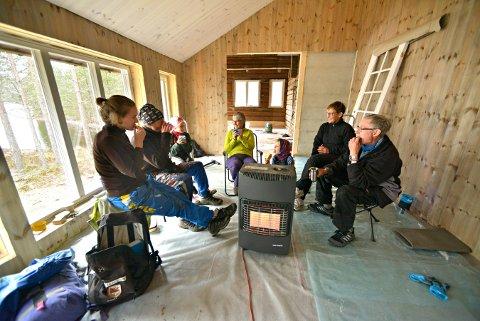 DUGNADSGJENG: Velfortjent matpause i den nye turisthytta i Pråmvika. Fra venstre: Celine, Damien og Elise Renard, Hanne Ljøterud, Mathis Renard, Ellen Sønderaal og Eirik Winsents.