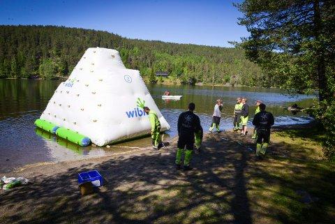 """Svært """"isfjell"""" skal gi bademoro på Kjennerudvannet. Foto: Eigil Kittang Ramstad"""