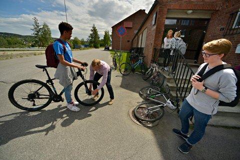FRUSTRERT: Rektor Baard Olsen på Vestsiden ungdomsskole, er oppgitt over at noen gjør hærverk på sykler. Her sjekker han sykkelen til Antonio Artmenteros Bergseth.