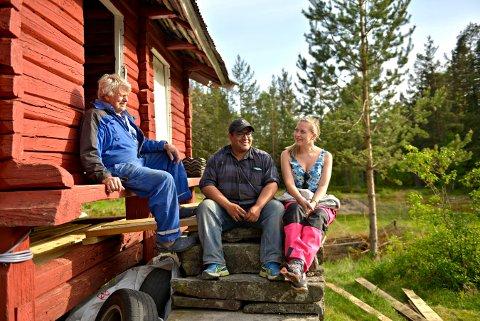 VIL VÆRE I FRED: Bård Espelid og Isabella Sælid koser seg på stabburstrappa sammen med Olav Espelid. De håper folk respekterer at Løkka er privat eiendom.