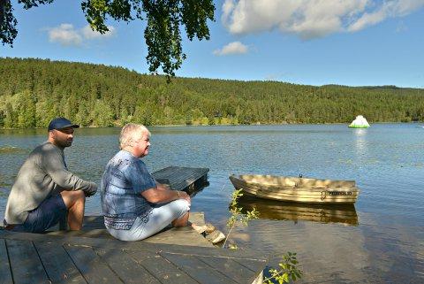 FØLGER MED: Erik-Alexander og moren Inger Lise Huslænd følger med på aktiviteten ved Kjennerudvannet. De undrer seg om sikkerheten er godt nok ivaretatt etter at kommunen har satt opp badetårn i vannet.