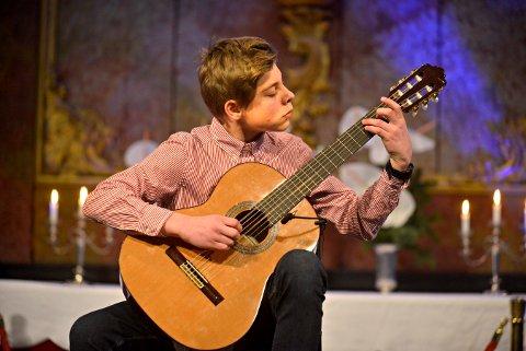GITARSOLO: Julian Moen-Langaas imponerte på den nye gitaren sin under Ode til Gloger.
