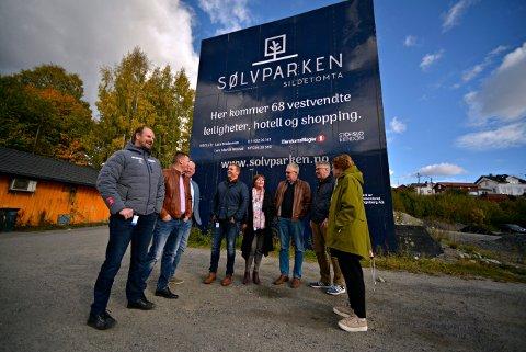 STORT PROSJEKT, STORT SAMARBEID: Her er flere av de involverte i Sølvparken-prosjektet. Fra venstre: Lars Bredeveien (Eiendomsmegler 1), Hans Kristian Woldstad (prosketleder Stor-Oslo Eiendom), Olav Eggum (beboer), Lars Martin Nilsrud (Eiendomsmegler 1), May-Wenche Grønboengen (beboer), Cato Normann (beboer), Vidar Lande (tidligere ordfører for Ap) og Kari Anne Sand (nåværende ordfører for Sp).
