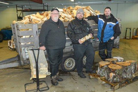 ARBEIDSKARER: Rune Lande (t.v.), Morgan Brokke og Petter Nerdrum pakker ved i sekker på ASVO. Bildet ble tatt i vinter.
