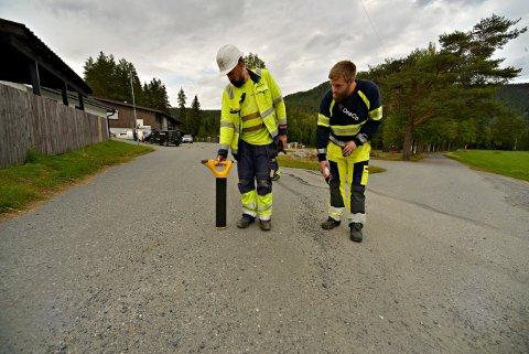 Strømbrudd i Jondalen. Hektisk leting etter feilen. Nils Nordve (t.v.) og Per Ove Nilsen  FOTO: JAN STORFOSSEN