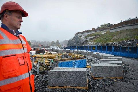 Prosjektleder Tom Hedalen i Statens vegvesen må konstatere at de må utsette åpningen på ny E134. Her ser vi Hedalen ved Kongsberg bru i september i fjor.