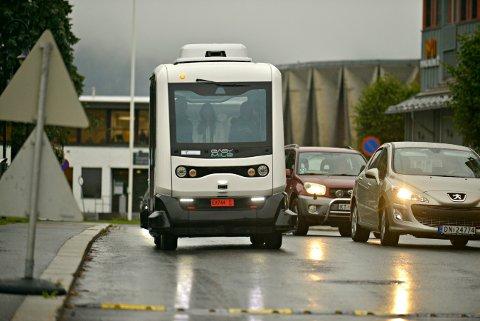 Testes ut: Førerløs buss i Kongsberg sentrum. Andre steder opplever man at bilister provoseres av den lave farten.