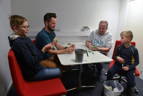 Denne gjengen spiller ikke kort! Nei, de sorterer penger, slik at tellemaskinen skal få en lettere jobb. Fra venstre: Gustav Hoaas, Kristian Hoaas, Terje Hansen og Sverre Hoaas.