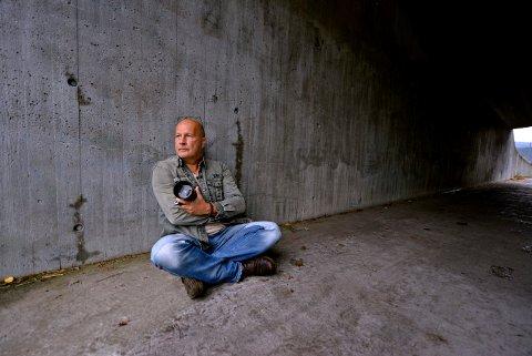 22 år gammel reiste Bjørn-Owe Holmberg på sin første reportasjetur for å dekke konfliktene i Nicaragua. Nesten 40 år senere har han reist til nærmere 80 land,  og reiser fortsatt.