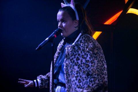 KJENT SKUESPILLER: Ina Svenningsdal spilte rollen som Chris i NRK-serien Skam. Hun har også spilt i TV-serien Linus i Svingen og Jul i Svingen. Nå er hun med i Brageteatrets ungdomsoppsetning.