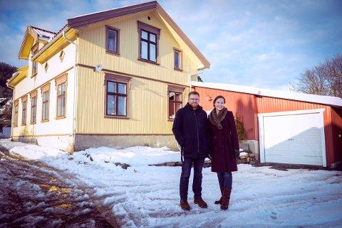 Åse Marit og Tor Flesseberg har fått diplom for sitt arbeid med huset sitt. Foto: Eigil Kittang Ramstad
