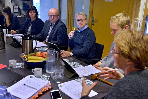 BRED ENIGHET:Posisjonen har diskutert seg fram til et budsjett de alle står bak. Fra venstre: Vilde Håvardsrud (MDG), Elisabeth Baklia og Anders Næss (Kbl), Per Fossen Hals og Kari Anne Sand (Sp).