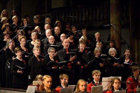 LOKALE SANGERE: Kongsberg Blandende Kor blir å høre i Kongsberg kirke søndag 15. desember. Bildet er fra en tidligere konsert.