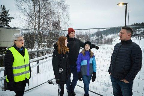 HIT MEN IKKE LENGER: De skulle gjerne få lov til å bruke gangveien alle sammen.  Fra venstre: Bjørg Kasin, Emmalisa Huslende Gorseth (13), Per Gorseth.   Lotta Huslende Gorseth (11) og Antonio Derrica.