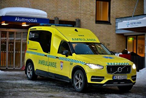AMBULANSE: Det er Vestre Viken HF som har ansvaret for ambulanseberedskapen i Vestre Viken. Men når nødmeldingene når AMK-sentralen handler det om at den som er nærmest rykker ut. Ofte er Brannvesenet raskere enn ambulansene.