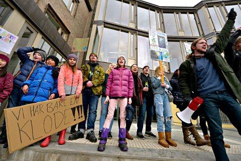 Klare for kamp: Hedda Haugen (lilla jakke, i midten) var blant de mange som viste sitt engasjement for miljøet på fredag.