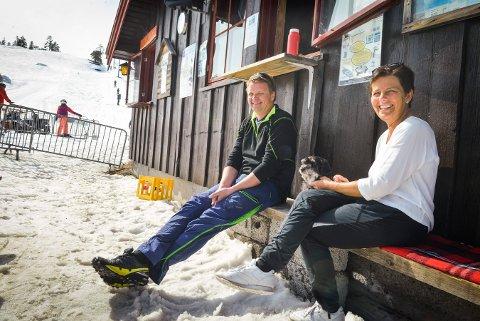 De depper ikke, Kjetil og Nina Gjellerud – Nico, bikkja i bakken. Selv om turene i bakken som ventet ble dårligere i år, så har mange likevel besøkt Blefjellheisen.