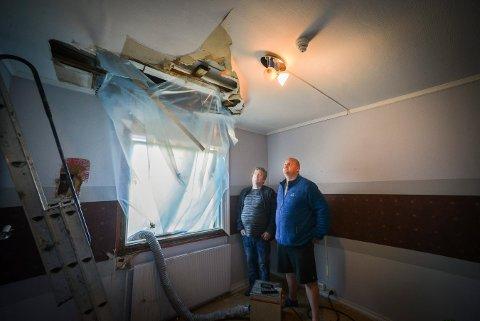 Evangeliesenteret i Svene har store vannskader. Erik Frydenhaug (t.h.) og Rolf Petterson ser på skadene.