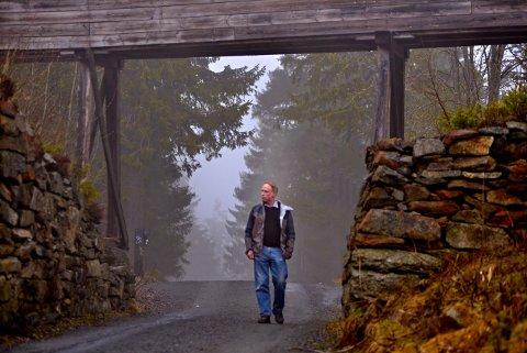 Odd Arne Helleberg ved kulturminnene på Sachsen.