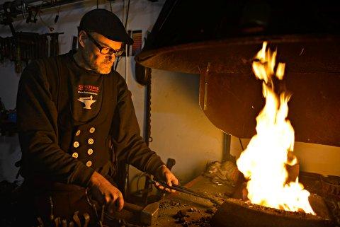 TIL ROLLAG: Smeden Steven Carpenter har fast tilhold på Labro. I år er han Middelalderukas festivalkunstner.