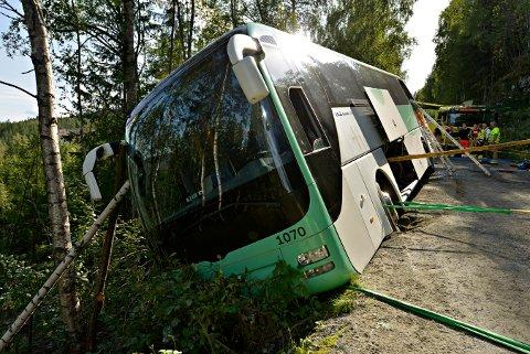 Trærne på siden av veien reddet bussen fra å rase ned i juvet.