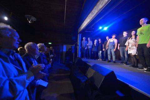 MORSOMME: Skuespillerne i Høgheim og Solvoll Teaterlag har gjort seg så bemerket at de skal til Olavshallen i slutten av november.