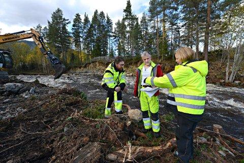 STENGT: Veggli barnehage er fortsatt stengt etter flommen i Nørsteåe forrige uke. På bildet er   Torsten Starkloff (t.v.), Eirik Traae og teknisk sjef i Rollag kommune, Tanja Bjørkgården. Barnehagen ligger bak gjerdet i bakgrunnen.