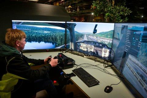 Kristoffer Egestad Diesen (16) går inn for landing på Notodden flyplass i godvær. Med noen klikk i simulator-programmet kan han få langt større utfordringer som både regn og storm.