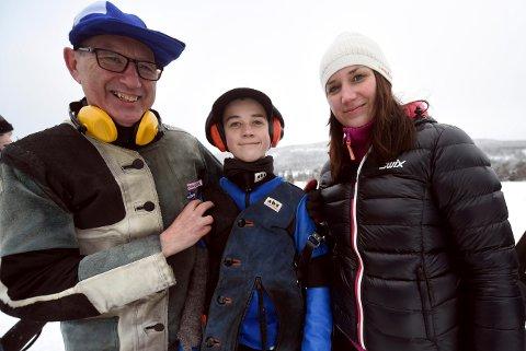 FAMILIESUKSESS: Bestefar Nils Årskog (t.v.), barnebarnet Sander Årskog Vikhagen og datteren Ann Kristin Årskog Vikhagen vant hver sin klasse i feltstevnet i Lardal.
