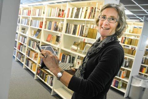 BIBLIOTEKSJEFEN: Elisabeth Bergstrøm låner ut massevis av bøker selv om biblioteket er stengt.