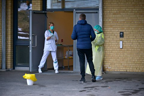 SMITTEVERN: Kommunalt ansatte tilbys nå kurs i smittevern. Bildet er fra testing utenfor Kongsberg kommunale legevakt.