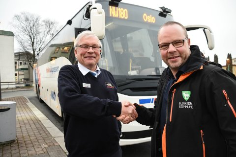 kjører ikke: 6. januar takket Bengt Halvard Odden sjåfær Sigfred Rinden på Haukeliekspressen som den første som kjørte ekspressbuss gjennom Hjartdal og Sauland. Så ble det bråstopp. Nå ber Odden om krisehjelp til bussrutetilbudet. Smilet på bildet er borte i dag, 4 1/2 måned senere.