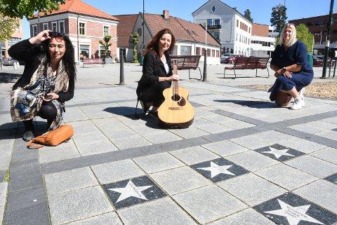 TIL TEATERET: Rita Engedalen og Margit Bakken i Damer i Blues og Lisbeth Syftestad fra Konsert- Service gleder seg over at det blir to ekstra konserter i teateret de neste ukene.
