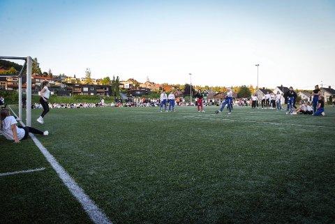 Hundrevis fant veien til Raumyrbanen søndag kveld. Kampen måtte avgjøres med straffespark.