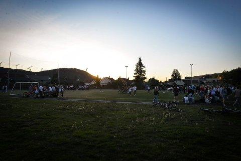 RUSSEKAMP: Mange unge samlet seg for å se på fotballkampen søndag kveld.