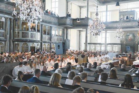 ENDELIG KONFIRMASJON: Egentlig skulle konfirmasjonen arrangeres i mai, men det blir i september i stedet fordelt på flere seremonier. Bildet er fra et år tidligere.