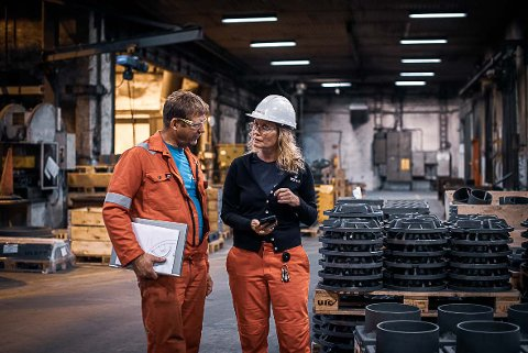 Line Brekke-Rasmussen, produktmanager i Ulefos, er valgt ut som ambassadør for en nasjonal kampanje som handler om hvordan industrien skal jobbe for en grønn omstilling. Her sammen med en kollega.