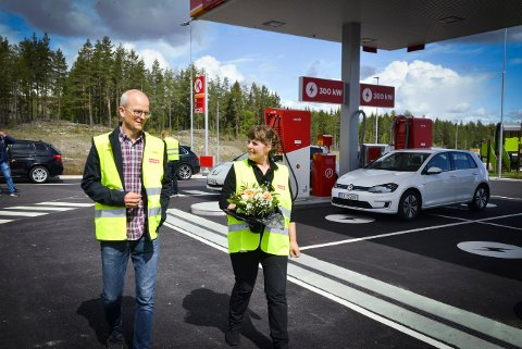 NY STASJON: Kommunikasjonsdirektør Pål Heldaas og daglig leder Sissel Steen er ganske stolte av de fremtidsrettede, tekniske løsningene på energistasjonen.