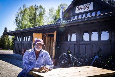 Sriskandarajah Selvadurai har flyttet gatekjøkkenet sitt til Gildehallen på Moane.