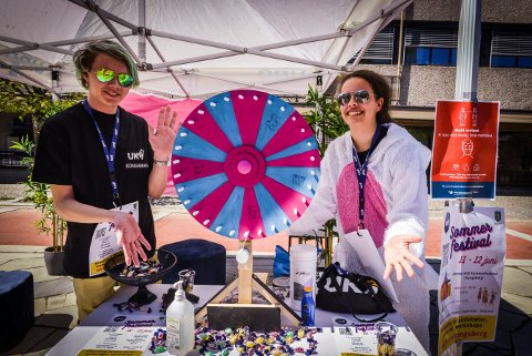 Oskar Løwer Nordgård og Maria Risa Børnes er med i crew-et som arrangerer UKM Sommerfestival.